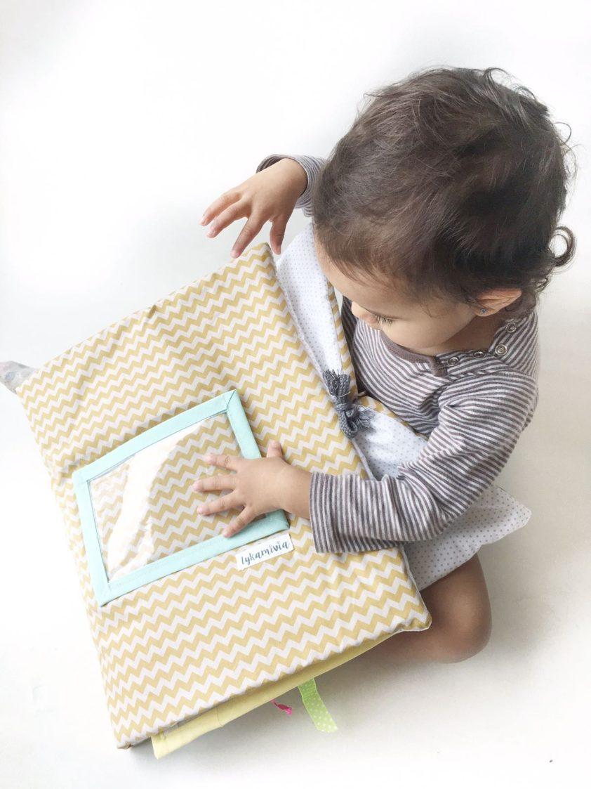 Alt_imagen niña con libro de la colección personalizada para el bebé de Lykamivia