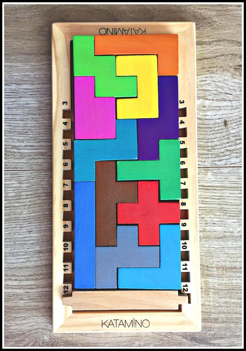 Alt_Imagen inspiradora de orden a partir de las fichas y el tablero del juego de lógica Katamino