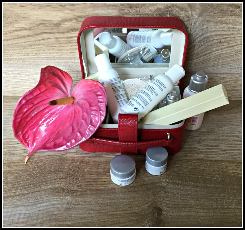 Alt_artículos de belleza en pequeños frascos para hacer la maleta