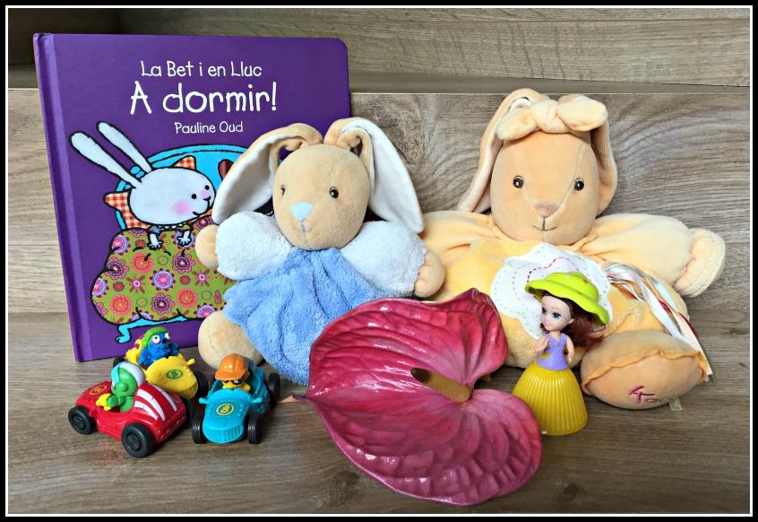 Alt_imagen de peluches, cuentos y juguetes para hacer la maleta de los niños