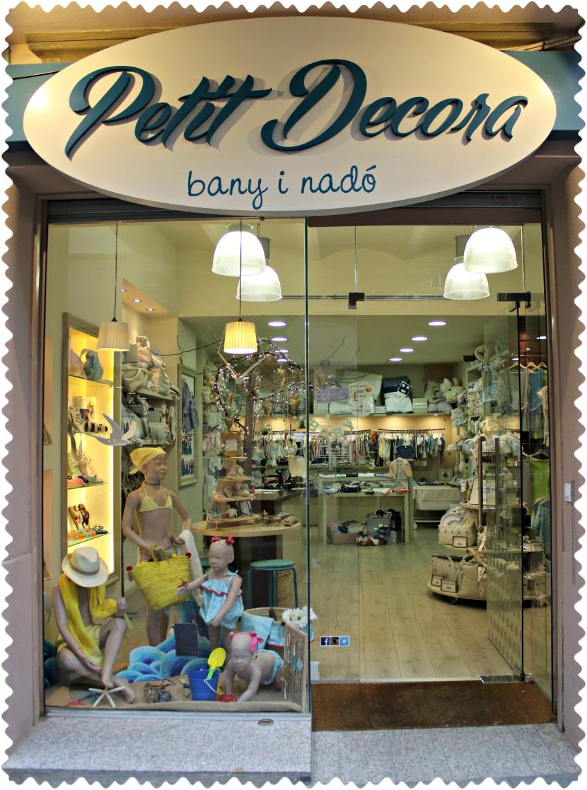 Alt_primer plano de la tienda de ropa para el bebé y baño Petit Decora en Terrassa